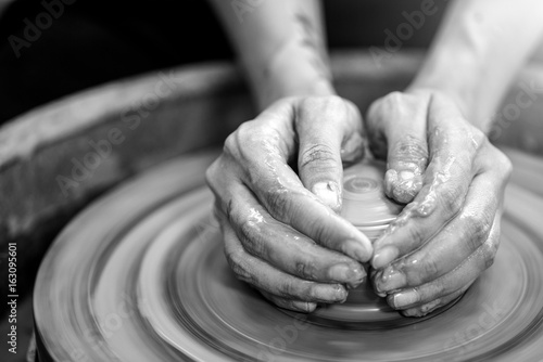 Fotomural  Hands working on pottery wheel / Monochrome
