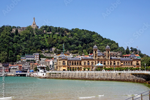 Fotografie, Obraz  city hall and mount urgull san sebastian