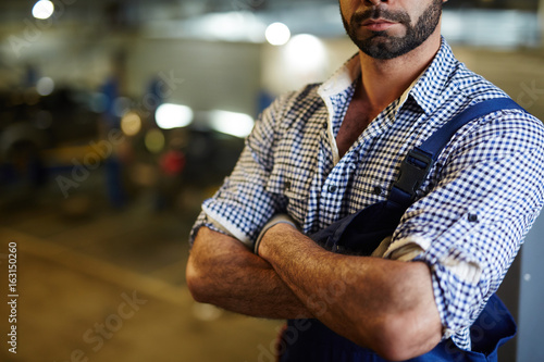 Fotomural  Midsection of car service technician or mechanic