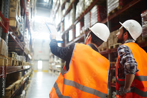 Cuadros en Lienzo Revision managers discussing amount of loaded goods in racks