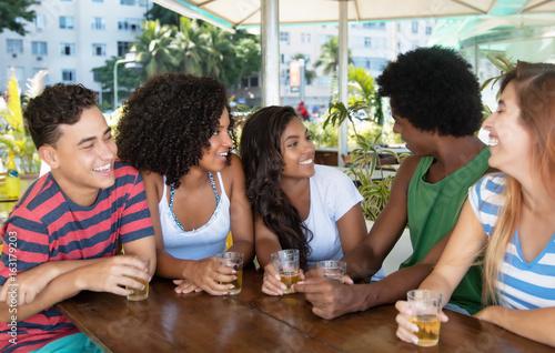 Fotografie, Obraz  Gruppe Jugendlicher unterhält sich in Bar