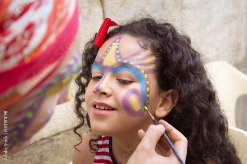 Maquillando a una niña para fiesta.