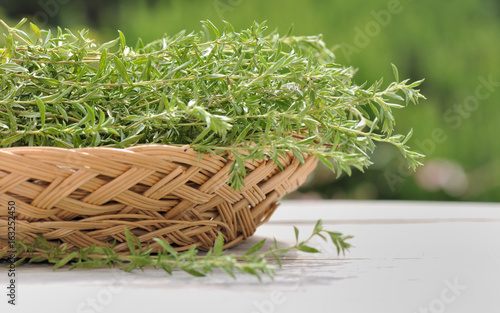 estragon frais dans panier en osier sur table de jardin – kaufen Sie ...
