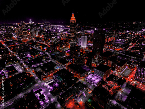 Plakat Widok z lotu ptaka na panoramę Atlanty nocą - udoskonalone kolory i żywe obrazy