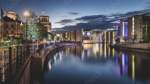 dzielnica-rzadowa-berlina-i-bundestag-w-wieczornej-scenerii
