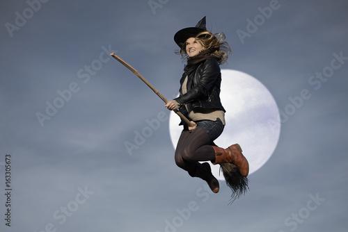Valokuva Frau Hexe fliegt mit Besen Vollmond