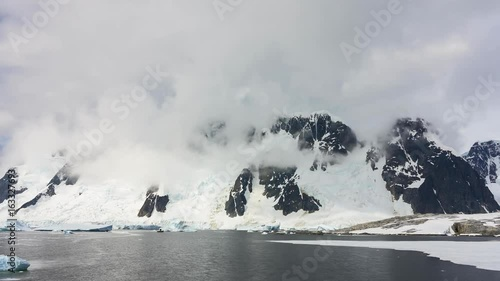 Photo  Time lapse clouds over mountains in Antarctica.
