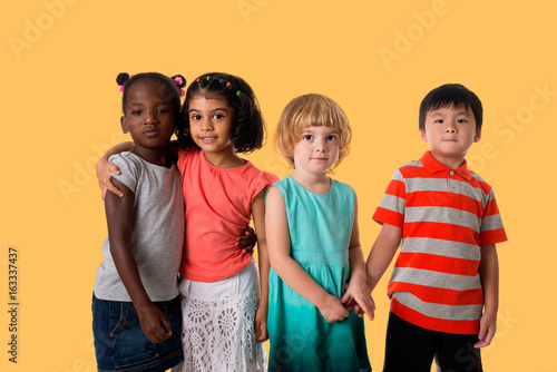 Photo  Group of multiracial kids portrait in studio