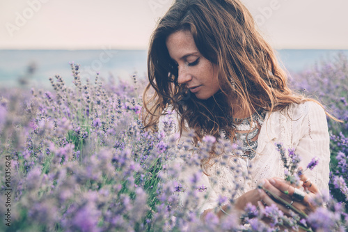 Spoed Foto op Canvas Lavendel Boho styled model in lavender field