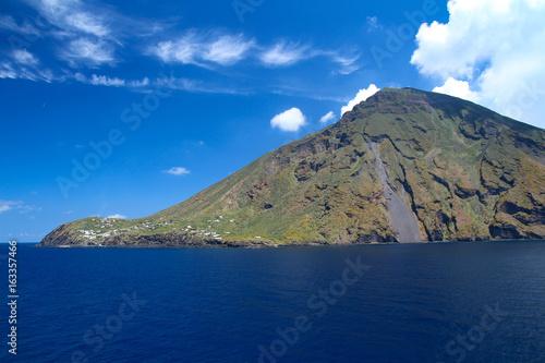 Staande foto Vulkaan Südseite des Strombolis mit Häusern und blauem Himmel