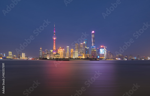 Photo  Shanghai city skyline with Huangpu river at nightfall