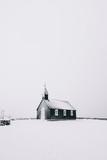 Piękny minimalistyczny widok Budir czarny kościół na półwyspie Snaefellsnes podczas ostrej śnieżycy - 163359863