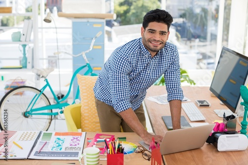 Photo  Graphic designer working on laptop at desk