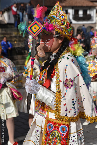 Garden Poster Fairytale World Péruvienne en costume de fête plaza de Armas à Cusco au Pérou