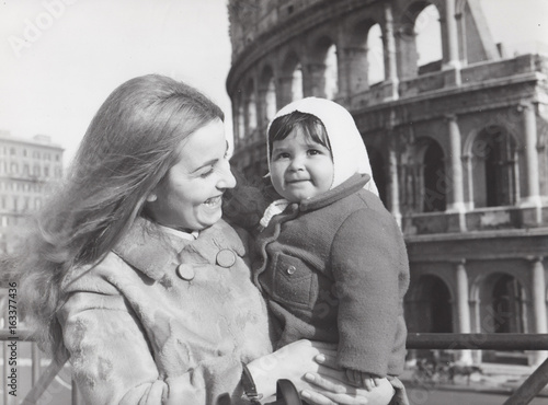 Fotografija  Madre con figlia piccola davanti al Colosseo negli anni settanta
