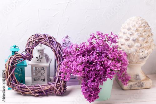 piekna-dekoracja-domu-z-bzem-w-roli-glownej-pastelowa-kolorystyka