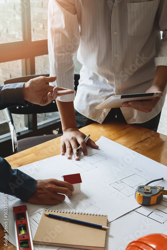Fotografía  Confident team of architect working together in a office