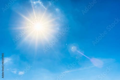 Plakat Pogodny tło, niebieskie niebo z białymi chmurami i słońcem