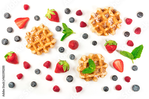 Fotografía  Overhead photo of Belgian waffles with fresh fruit and mint