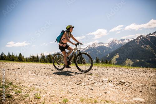 Zdjęcie XXL Kobieta jedzie na rowerze w górach z pedelec