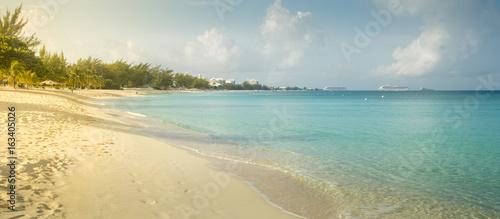 Foto op Aluminium Oceanië Seven Mile Beach on Grand Cayman island, Cayman Islands