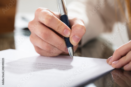 Fotografía  Business Person Signing Document With Pen