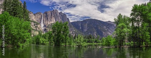 Photo  Merced River and Yosemite Falls, Yosemite National Park, California, USA