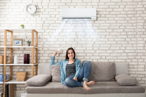 Photo Woman Relaxing Under The Air Conditioner