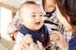 笑う赤ちゃんとお母さん
