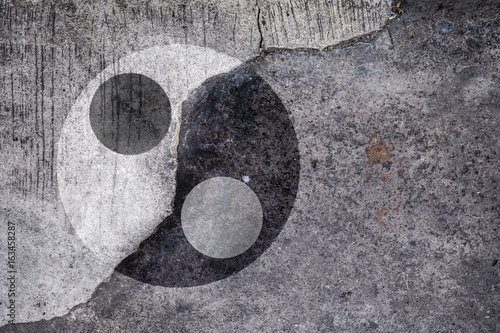 Plakat Ying Yang symbol na popękanym betonie