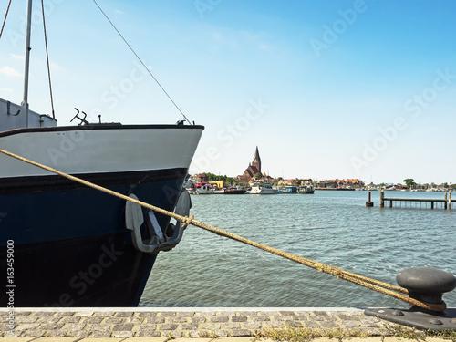 Obraz na plátně  Stadtansicht von Barth am Bodden mit Schiff im Vordergrund