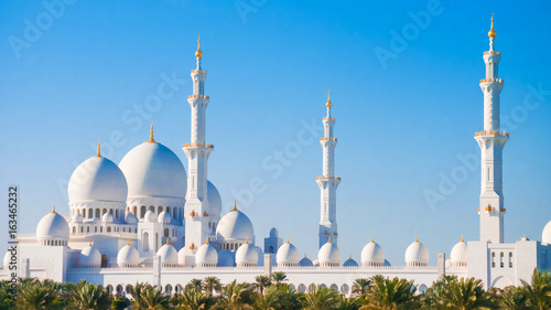 In de dag Abu Dhabi Sheikh Zayed Grand Mosque from distance.
