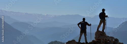Photo Stands Mountaineering Başarının Keyfini Çıkaran İki Arkadaş