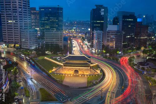 Cadres-photo bureau Seoul Seoul. Image of Seoul downtown with Sungnyemun Gate during twilight blue hour.
