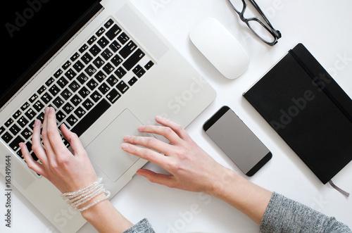Работа девушки сверху заработать моделью онлайн в очёр