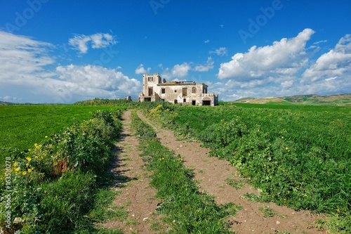 Fényképezés  Dirt Road And Abandoned Farm House In Sicily