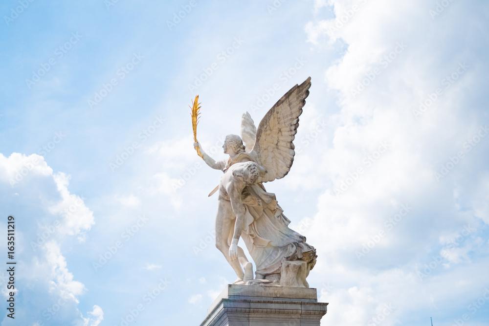 Fotografía Angel statue with heaven / cloud sky background ...
