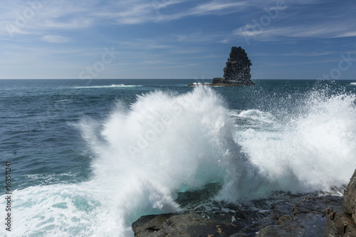 Fotografia  Waves of the Atlantic crashing on rocks