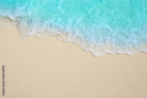 Fotografia Soft waves of blue sea on the Maldives beach for the background.
