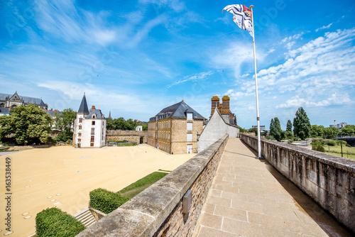 Plakat Widok na zamek książąt Bretanii podczas słonecznej pogody w mieście Nantes we Francji