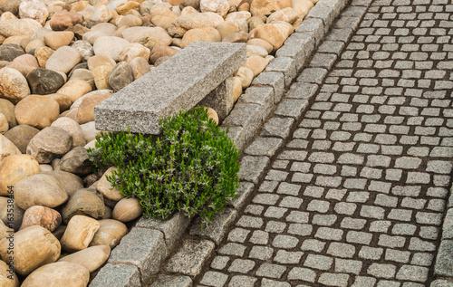 Moderner Steingarten Mit Gartenweg Aus Natursteinpflaster Und Gartenbank  Aus Massivem Granit   Modern Rockery With Garden