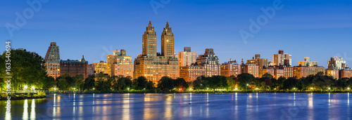 Fototapeta Panoramic view of Central Park West at dawn and the Jacqueline Kennedy Onassis Reservoir. Upper West Side, Manhattan, New York City