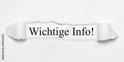 Fotografia  Wichtige Info! auf weißen gerissenen Papier
