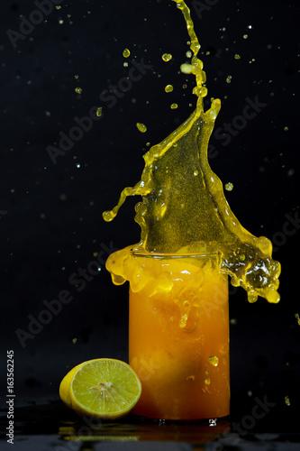 sok-cytrynowy-w-szklance-na-ciemnym-tle