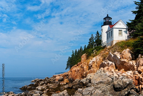 Photo Maine lighthouse over rocky cliffs in Acadia National Park.