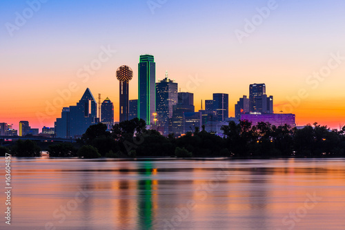 Poster Texas Dallas skyline at sunrise with water reflections