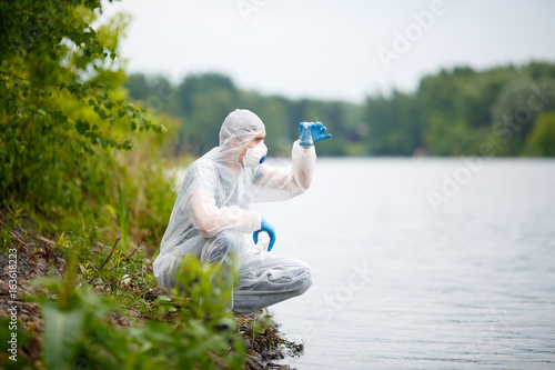 Ecologist with bulb on river Canvas-taulu