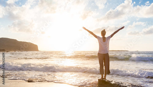 Pinturas sobre lienzo  Relaxed woman enjoying sun, freedom and life an beautiful beach in sunset