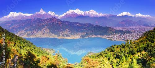 Zdjęcie XXL Dolina Pokhara, jezioro Phewa i wspaniały pas górski Annapurna od strony wzgórza. Himalaje, poziomy widok panoramiczny