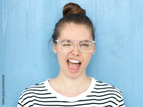 Photo Close up portrait of a happy young hipster european teen girl in nerdy square gl